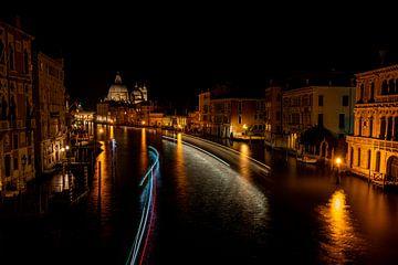 Varende bootjes tijdens een avond in Venetië
