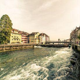 Les eaux turbulentes de la Reuss près de Lucerne sur Tony Buijse