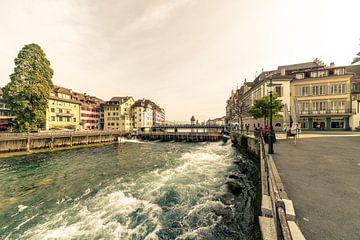 Het woelige water van de rivier de Reuss bij Luzern van Tony Buijse
