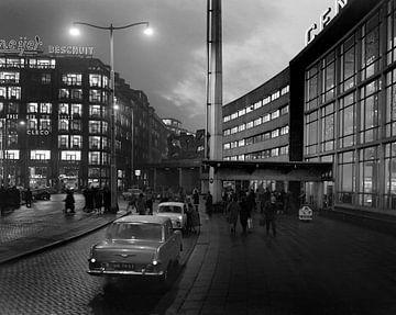 Stationsplein bij avond Rotterdam December 1963 van Roel Dijkstra