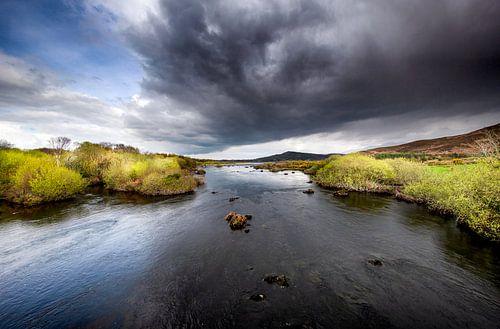 Wolken boven de rivier Caragh van