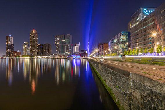 De Rijnhaven in Rotterdam met een blauw gekleurde Erasmusbrug van MS Fotografie   Marc van der Stelt