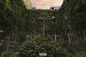 Binnenplaats van een verlaten klooster.