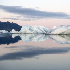 Wunderschöne Eisberge in Island von Roy Poots