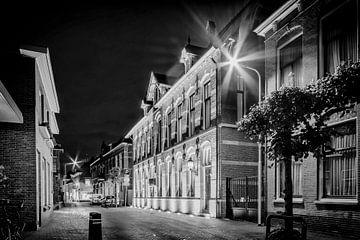 Altes Postamt IJsselstein bei Nacht in schwarz-weiß von Tony Buijse
