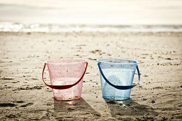 Deux seaux sur la plage sur