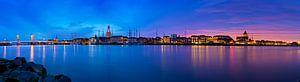 Panorama Kampen aan de rivier tijdens een adembenemende zonsondergang 2