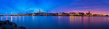 Panorama Kampen aan de rivier tijdens een adembenemende zonsondergang 2 van Anton de Zeeuw