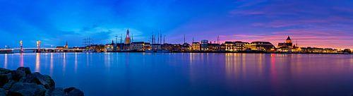 Panorama Kampen aan de rivier tijdens een adembenemende zonsondergang 2 van