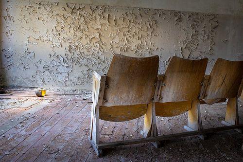 bioscoop stoelen in een vervallen filmzaal