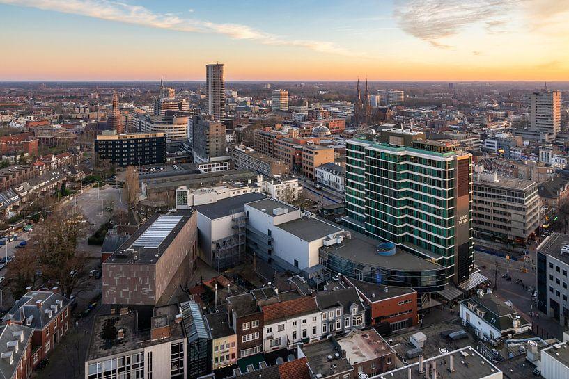 Schöner Sonnenuntergang über der Skyline Eindhoven von Mitchell van Eijk