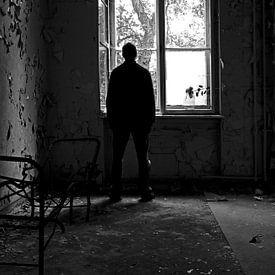 Depressieve persoon bij een raam van Frank Herrmann