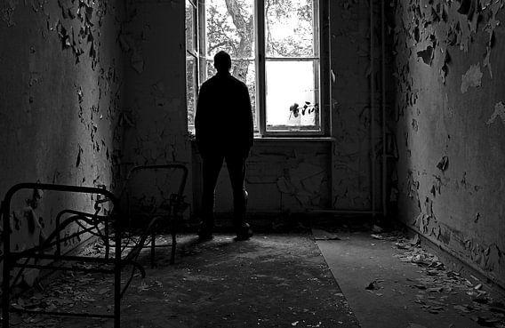 Depressieve persoon bij een raam