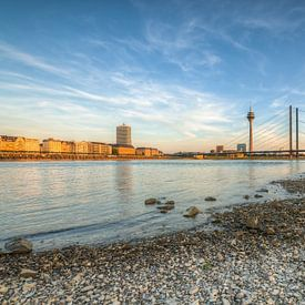 Avond in Düsseldorf aan de Rijn van Michael Valjak