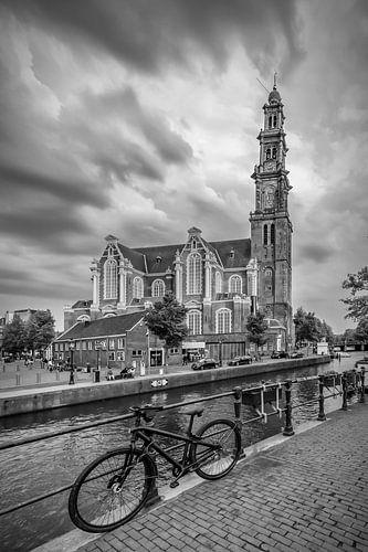 AMSTERDAM Westerkerk en de Prinsengracht | zwart-wit van Melanie Viola