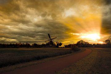 Avondlicht op een windmolen  van Brian Morgan