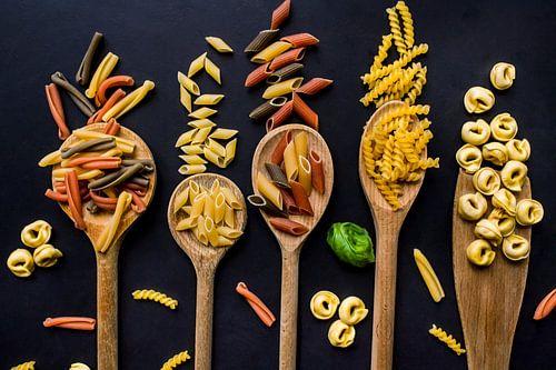 Pollepels met pasta, wooden spoons with Italian pasta.
