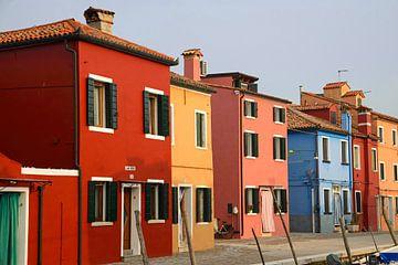 Kleurige huizen in Burano  van Barbara Brolsma