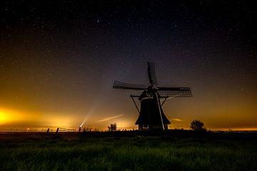 Windmolen bij sterrenhemel in Friesland van Bram Oostdijk