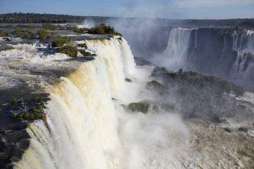 Het gebied van Iguazu Falls is een set van ongeveer 275 watervallen in de Iguazu River van