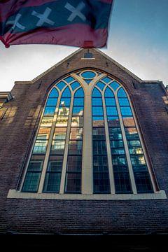 Gebouw met reflectie en de vlag van Amsterdam van Bart Ros