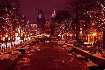 Weihnachten in Amsterdam mit beleuchteten Bäumen entlang der Grachten von Nisangha Masselink