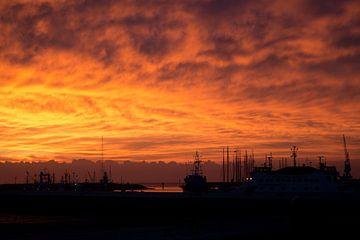 Onweer op komst bij zonsondergang van Tilja Jansma