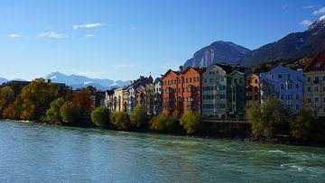 Kleurige huizen aan de Inn in Innsbruck, Tirol (Oostenrijk) van Kelly Alblas
