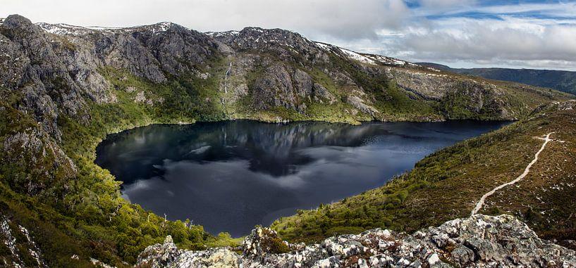Crater Lake in Cradle Mountain NP, Tasmanië van Sven Wildschut