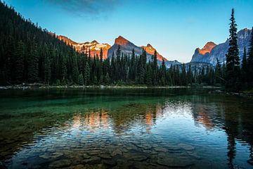 verwaschene Spiegelung im See mit Alpenglühen am  Lake O'Hara im Yoho National Park, British Columbi von Leo Schindzielorz