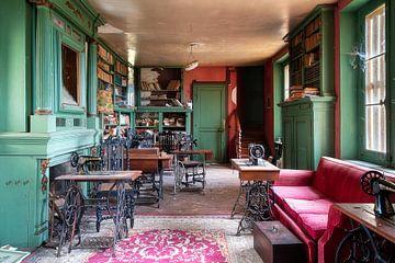 Nähmaschinen in der verlassenen Bibliothek. von Roman Robroek