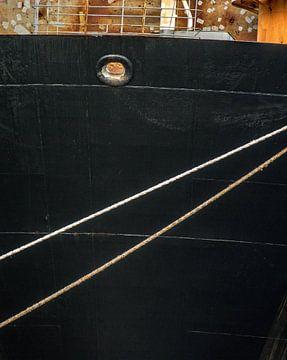 De boeg van het schip met haar butsen in de haven. van scheepskijkerhavenfotografie