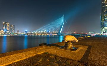 Nahaufnahme eines Schiffspollers in Rotterdam mit den Stadtskylinen im Hintergrund von Gea Gaetani d'Aragona