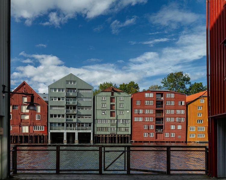 Colourfull old warehouses Trondheim sur Menno Schaefer