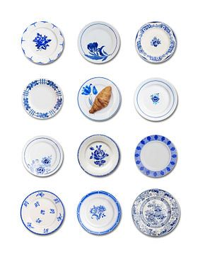 Franse oude bordjes wit met blauw croissant van Blond Beeld