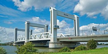 De Botlekbrug over de Oude Maas bij Hoogvliet/Rotterdam van Gert van Santen