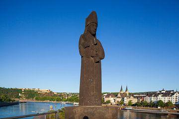 Peter Altmeier Rive de la Moselle avec personnage sur le pont Balduin et vieille ville dans la lumiè