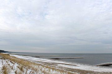 Verschneiter und vereister Strand bei Glowe auf Rügen von Alphapics