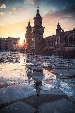 Berlijn Oberbaumbrug in de winter van Jean Claude Castor