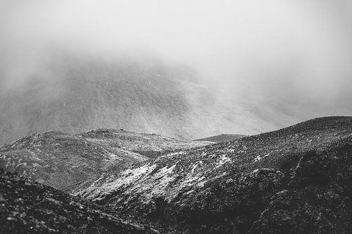 Laaghangende bewolking in de bergen | IJsland