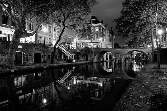 Oudegracht in Utrecht met Gaardbrug, ZWART-WIT van Donker Utrecht
