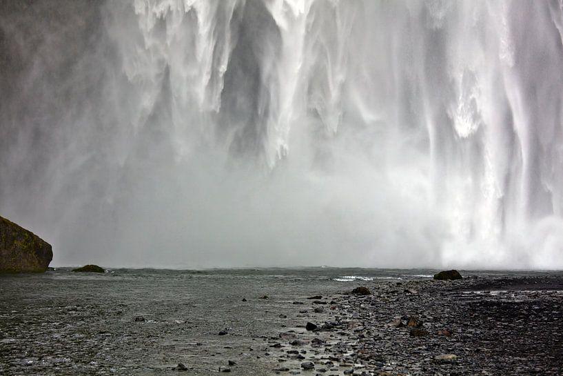 Skógafoss waterval te IJsland van Anton de Zeeuw