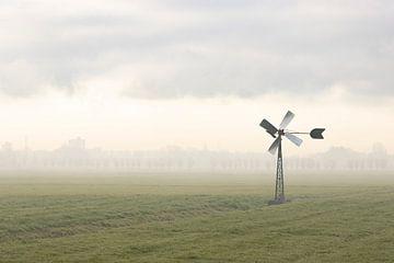 Windmühle bei aufsteigendem Nebel im Polder von Midden-Delfland von Bas Ronteltap