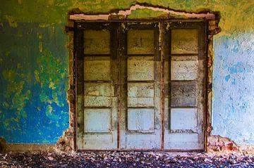 Türen in einem verlassenen baufälligen Haus von Ton de Koning