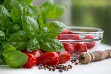 Tomates fraîches, basilic et poivre sur Martina Weidner