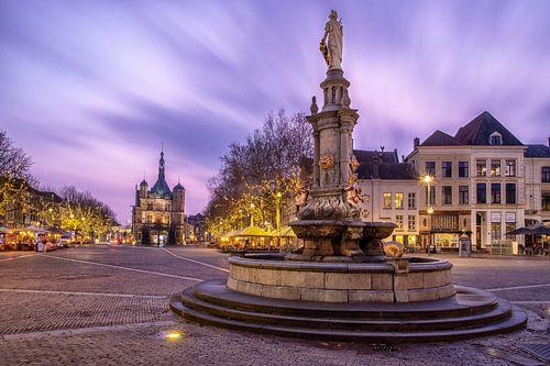 Plein De Brink in Deventer met museum De Waag en fontein