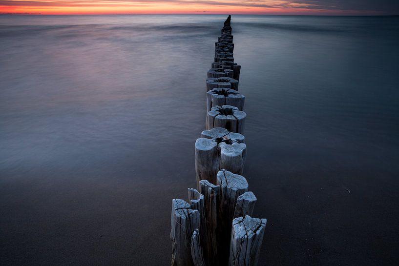 Ostsee Buhnen im Sonnenuntergang von Jiri Viehmann