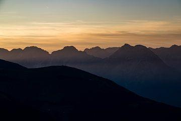 Coucher de soleil chaud au sommet d'une montagne dans les Alpes autrichiennes sur Hidde Hageman