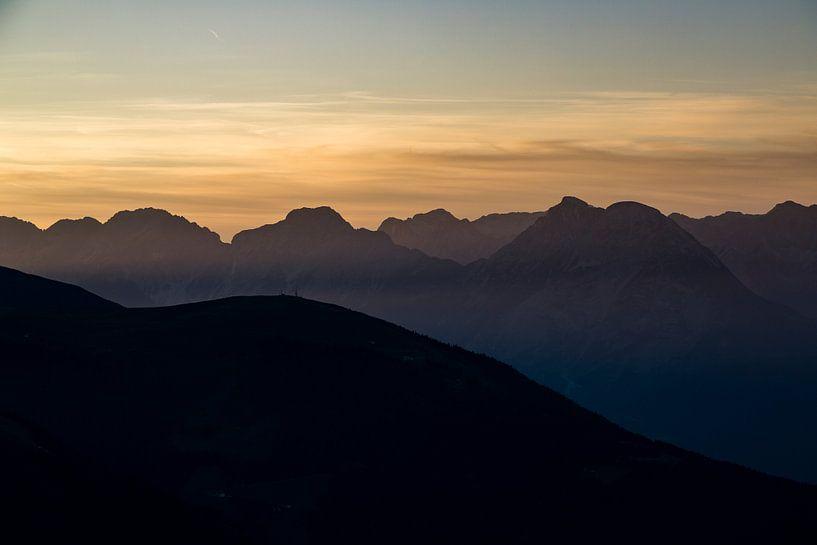 Warme zonsondergang vanaf een bergtop in de Oostenrijkse Alpen van Hidde Hageman