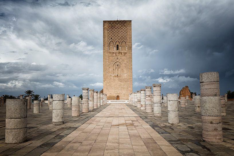 De Hassan Toren, de minaret van de incomplete moskee in Rabat in Marokko van Bas Meelker